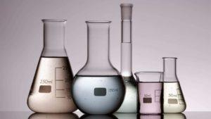 laborglaeser-mit-verschiedenen-farbigen-fluessigkeiten