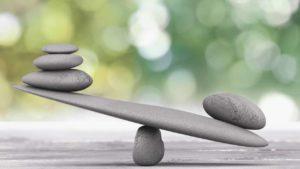 waage-aus-steinen-gebaut-im-ungleichgewicht